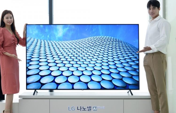 모델들이 나노셀 TV를 소개하고 있다. [사진=LG전자]