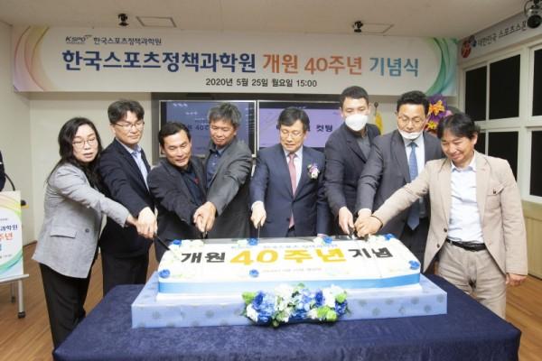 과학원 개원 40주년 기념식에서 정영린 과학원장(왼쪽에서 5번째)이 케이크 커팅을 진행하고 있다.