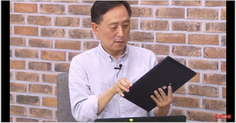 토크아이티 진행자 고우성 PD가 엑스퍼트북 B9을 들어보고 있다. [출처=토크아이티]