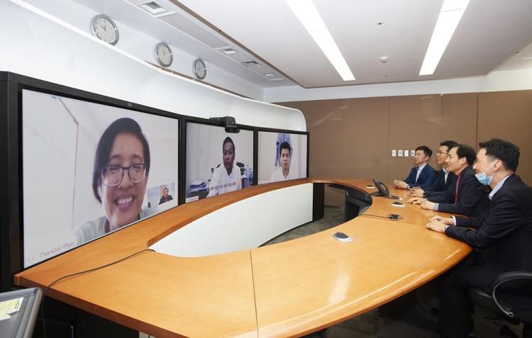 심상수 SK텔레콤 Infra Biz 본부장(회의석 앞쪽부터 두번째)이 1일 서울 을지로 T타워에서 미얀마 국립사이버보안센터 에 나잉 모(Ye Naing Moe) 국장과 화상회의를 통해 통합 보안관제시스템 구축 사업을 논의하고 있다. (TV화면 왼쪽부터) 탄달 퓨(Tandar Phyu) 디렉터 /에 나잉 모(Ye Naing Moe) 국장 / 나이 묘 칸트(Nay Myo Khant) 디렉터 [사진=SK텔레콤]