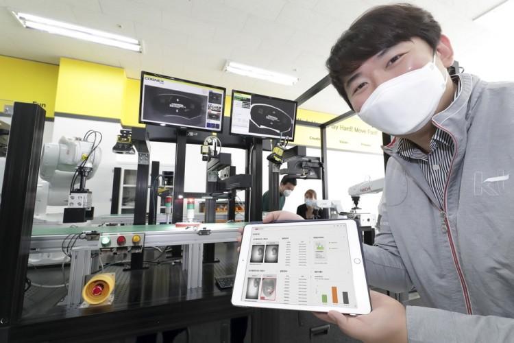 경기도 수원 코그넥스코리아 연구소에서 KT와 코그넥스 직원들이 'KT 5G 스마트팩토리 머신비전' 솔루션을 점검하고 있다. [사진=KT]