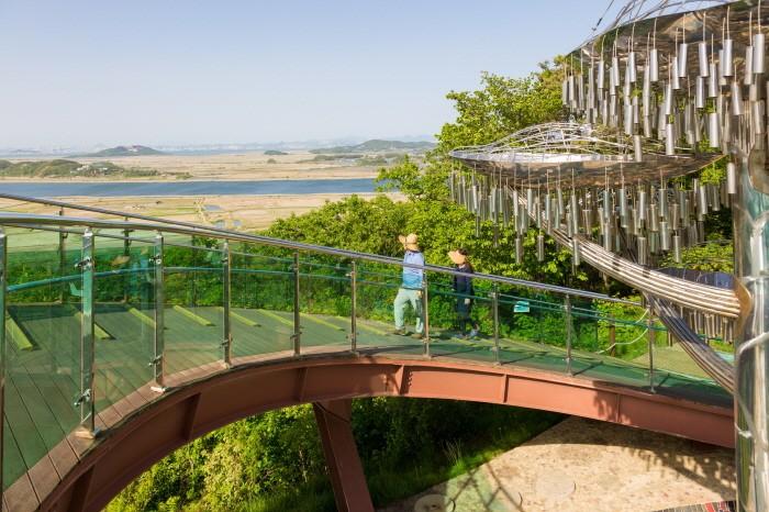 경기 안산의 바다향기 수목원에서 바다를 보며 상상전망돼로 올라가는 탐방객 (이하 한국관광공사 제공)