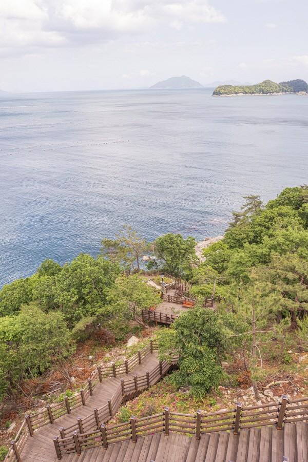 남해보물섬전망대에서 계단을 따라 바다로 내려갈 수 있다