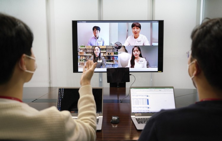 SK텔레콤이 자체 개발한 '그룹 영상통화' 솔루션을 활용해 FHD 화질로 그룹면접을 진행하고 있다. [사진=SK텔레콤]