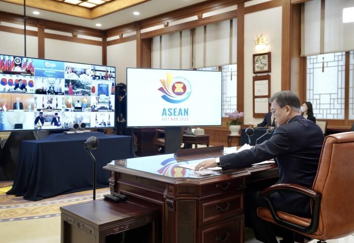 문재인 대통령이 청와대 집무실에서 아세안+3 특별화상정상회의를 갖고 있는 모습(제공:청와대)