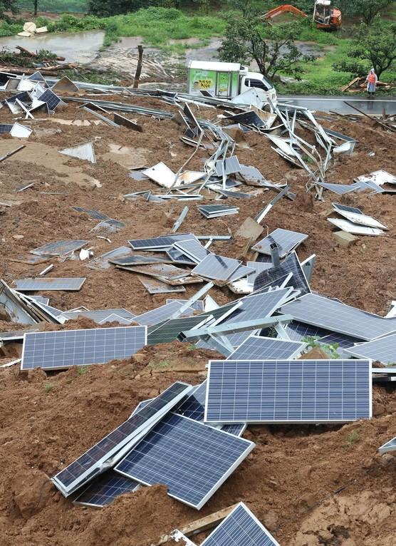 사진은 2018년 7월 폭우로 경북 청도군 매전면 온막리 국도 58호선 옆 야산에서 산사태가 나 산비탈에 설치된 태양광 발전시설 일부가 무너진 모습(제공:News1)