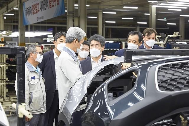 9일 윤종원 기업은행장(오른쪽 세번째)이 전남 광주 소재의 자동차 부품 제조업체 캠스 생산 현장을 방문해 김정중 캠스 회장(왼쪽 세번째)과 제품에 대해 설명을 듣고 있다.