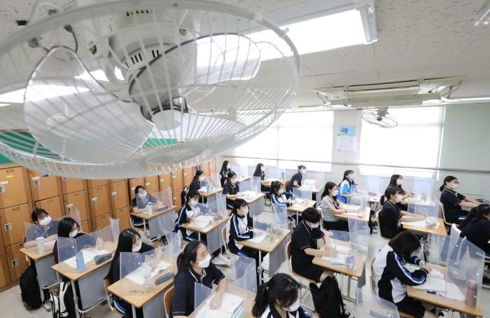 9일 오후 대전 서구 괴정고등학교 1학년 교실에서 에어컨 등 냉방기를 가동한 상태에서 학생들이 마스크를 착용하고 수업을 듣고 있다(제공:News1)