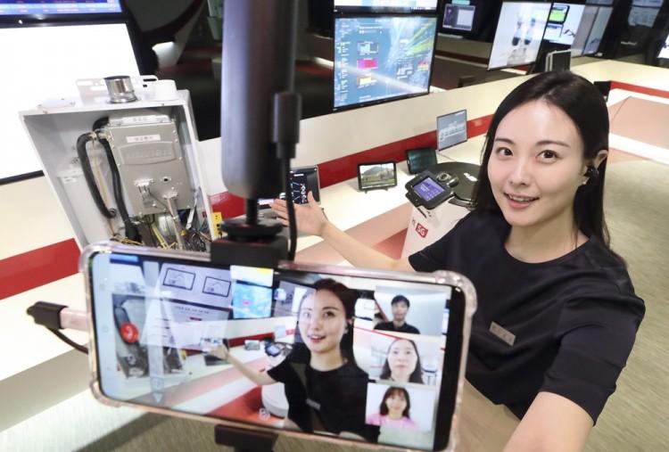 KT 퓨처온의 도슨트가 언택트 R&D 전시 투어 참가자에게 리얼360으로 KT 인공지능 기술에 대해 설명하고 있다. [사진=KT]
