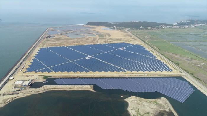 한국동서발전 당진화력본부 회매립장에 설치된 태양광 발전설비 전경(제공:동서발전)