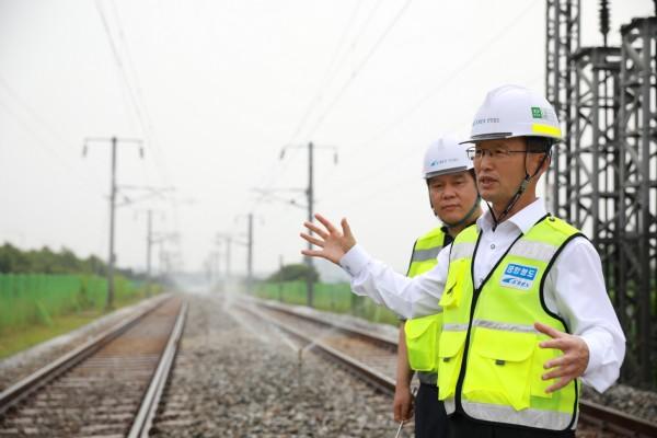 김한영 사장(앞쪽)이 선로변에 설치된 자동살수장치를 작동상태를 확인하고 있다. 사진=공항철도