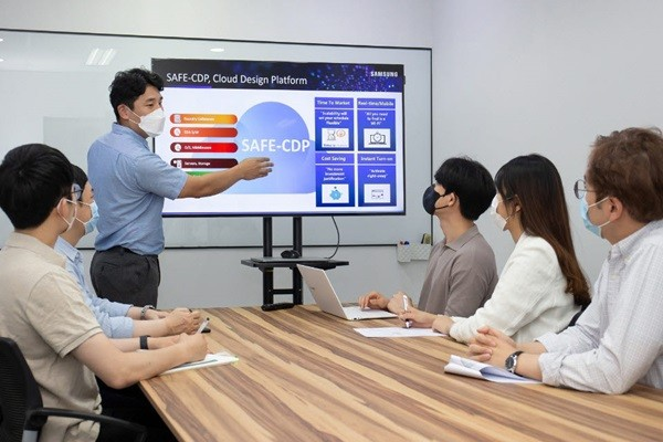 Samsung Electronics' executive is educating employees from a South Korea semiconductor chip design house company called GAON CHIPS about how to use SAFE-CDP.  (Source: Samsung Electronics)