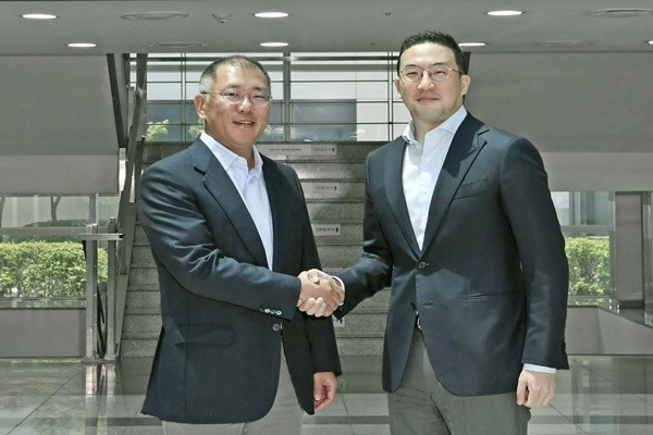 Hyundai Motor Group's management team visited LG Chem's Ochang Plant on June 22 and discussed with LG Group's management team about different ways to work together for electric vehicle battery sector.  Executive Vice Chairman Chung Eui-sun (L) of Hyundai Motor Group and Chairman Koo Kwang-mo of LG Group are having a handshake in front of Ochang Plant's main building.