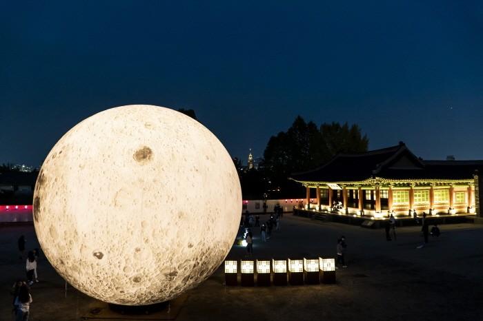낙남헌 앞에 설치된 거대한 보름달 조명(제공:수원문화재단)