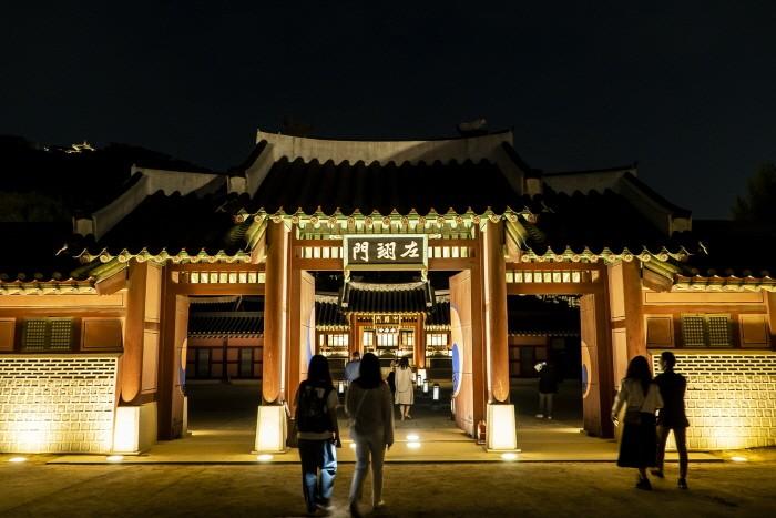 고궁의 정취와 색다른 운치를 만날 수 있는 화성행궁 야간개장(제공:서울문화재단)