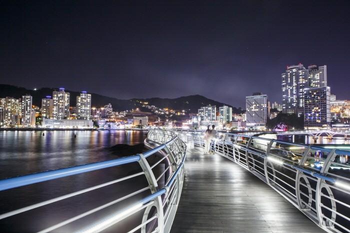 해변 도시 야경이 어우러진 송도구름산책로(제공:한국관광공사)