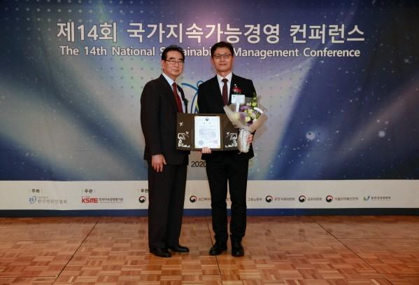 성대석 한국언론인협회 회장(왼쪽)과 한상욱 NS홈쇼핑 마케팅기획실 이사가 24일 국가지속가능경영 컨퍼런스에서 기념 촬영하고 있다.
