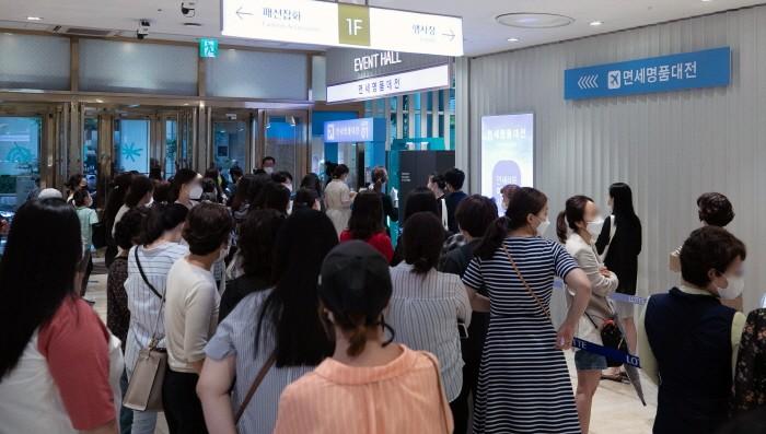 25일 오후 서울 노원구 롯데백화점 노원점에서 열린 '면세명품대전 프리오픈' 행사를 찾은 시민들이 입장대기하고 있다(제공:News1)