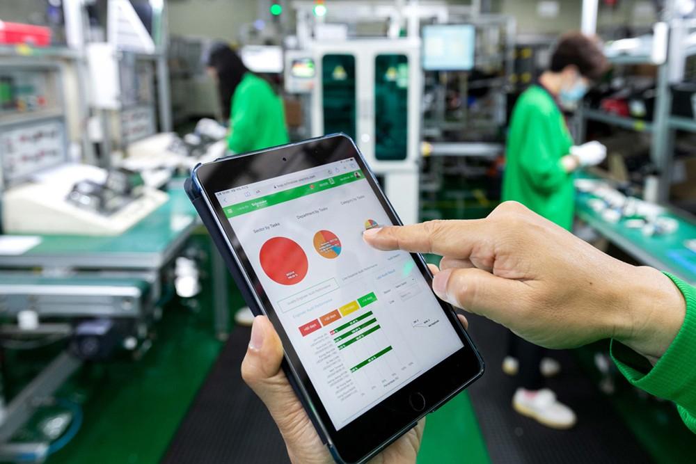 스마트 패드를 통해 현장 장비를 확인해 공장 관리가 가능하다. 자료제공=슈나이더 일렉트릭