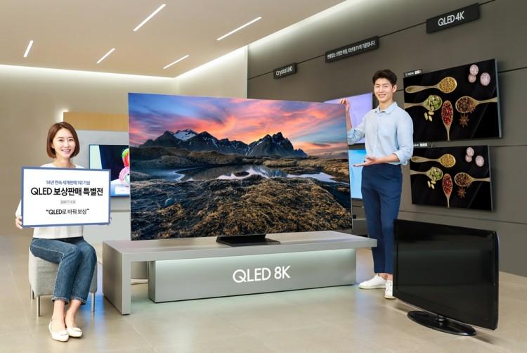 삼성전자 모델이 삼성 디지털프라자 강남본점에서 최대 100만원 상당의 혜택을 받을 수 있는 'QLED 보상판매 특별전'을 소개하고 있다.[사진=삼성전자]