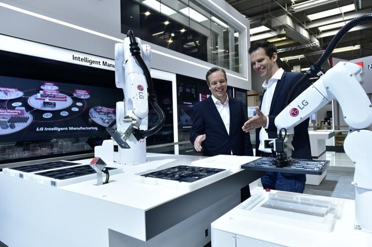 LG전자가 지난해 '하노버 메세 2019'에서 선보인 산업용 자율주행로봇 모바일 매니퓰레이터 [사진=LG전자]