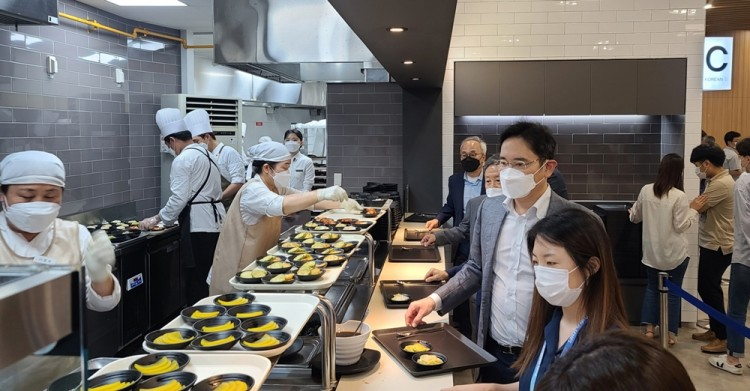 이재용 삼성전자 부회장이 30일 세메스 천안사업장을 찾아 구내식당에서 임직원들과 식사를 함께하고 있다. [사진=삼성전자]