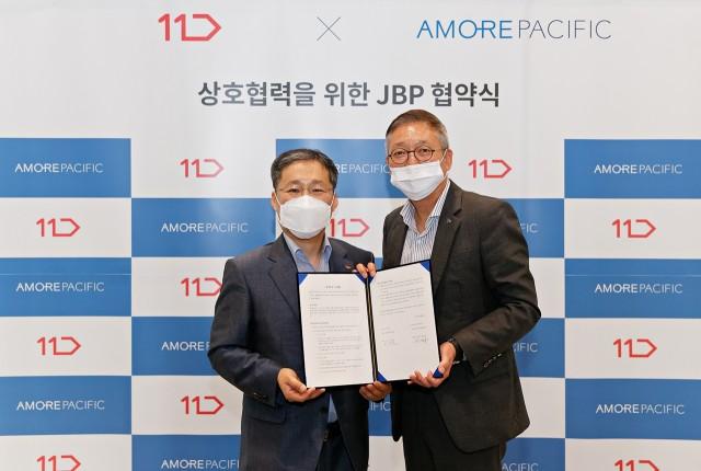 지난 30일 JBP 협약식에서 안세홍 아모레퍼시픽 대표이사(사진 오른쪽)와 이상호 11번가 사장이 기념 촬영을 진행하고 있다.