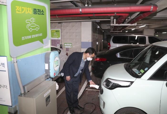 한국전력은 전기차에 충전 플러그를 연결만 하면 사용자 인증과 결제가 자동으로 이뤄지는 '플러그 앤 차지' 충전기술을 개발했다고 7일 밝혔다(제공:News1)