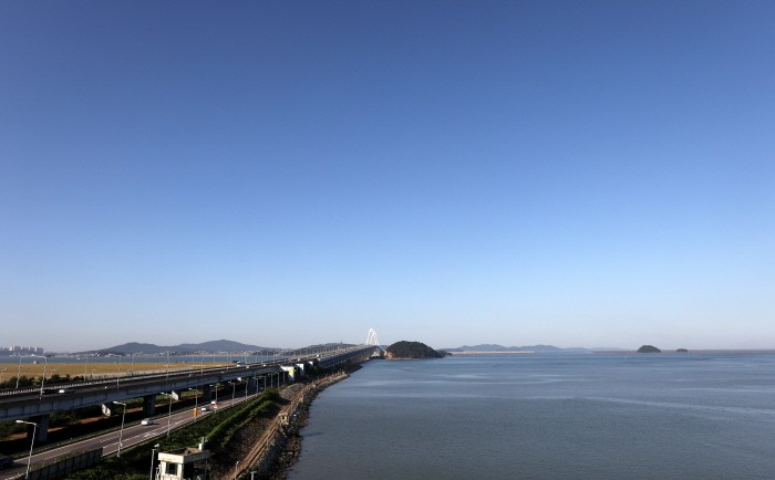 인천 서구 영종대교 전망대에서 바라본 하늘이 구름 한 점 없이 청명하고 푸르게 보이고 있다(제공:News1)