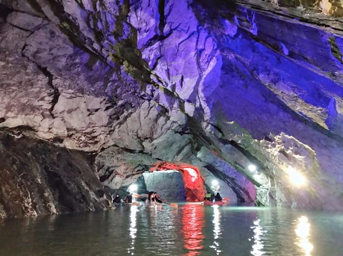 10일 충북 충주시가 충주호 인근 활옥동굴에 상반기에만 2만2000여명의 유료 관광객이 다녀갔다고 밝혔다. 사진은 동굴보트(제공:충주시)