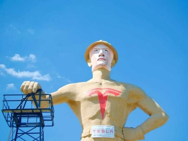 털사의 명물 '골든드릴러' 동상이 지난 5월 일론 머스크 테슬라 최고경영자를 닮은 모습으로 재단장됐다(제공:City of Tulsa)