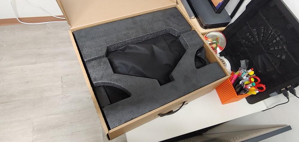 포장상자를 개봉하니, 역시나 스티로폼이 뭔가를 감싸고 있다. 아마도 본체인 듯싶다.