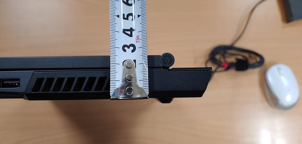 두께는 한 2.5cm 정도 된다. 힌지도 같이 보이는데, 덮개가 180도를 넘어가지 않도록 설계된 모습이다.