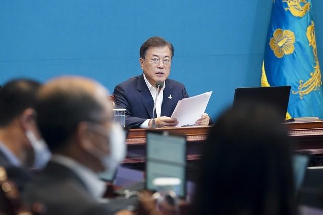 21일 정부가 국무회의를 열고 오는 8월 17일 임시공휴일 지정을 의결했다. 사진은 문재인 대통령이 20일 수석보좌관 회의를 주재하는 모습.