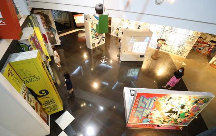 24일 오전 경기 부천시 한국만화박물관에서 관람객들이 만화 관람을 하고 있다(제공:News1)