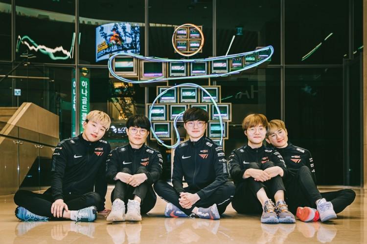 (가운데)페이커(이상혁) 선수를 포함한 T1 소속 프로게이머들이 '하나원큐-T1 명예의 전당'에서 기념 사진을 촬영하고 있다. [사진=SK텔레콤]