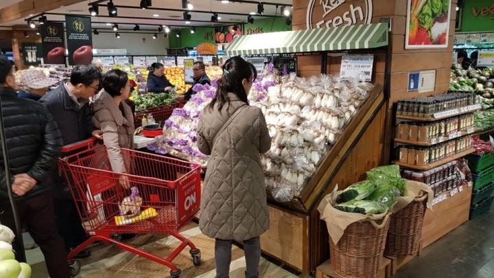 롯데마트에서 고객들이 농산물을 고르고 있다.(사진제공=롯데마트)