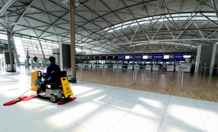 인천국제공항 1터미널 출국장에서 공항직원이 텅빈 출국장을 청소하고 있다(제공:News1)