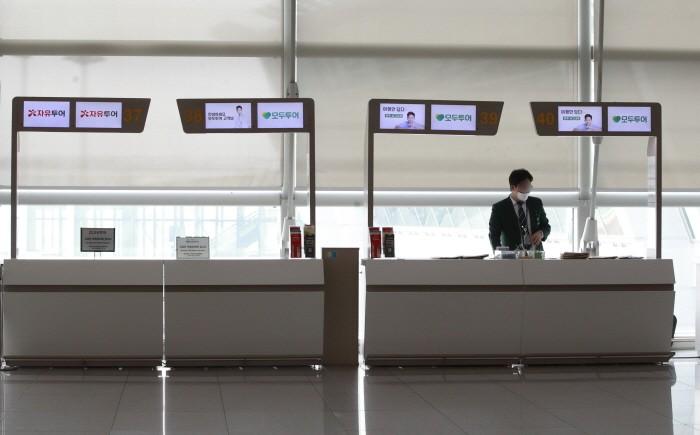 코로나19 확산으로 여행객이 급감하고 있는 가운데 21일 인천국제공항 제1여객터미널 출국장 3층 여행사 창구가 한산하다(제공:News1)