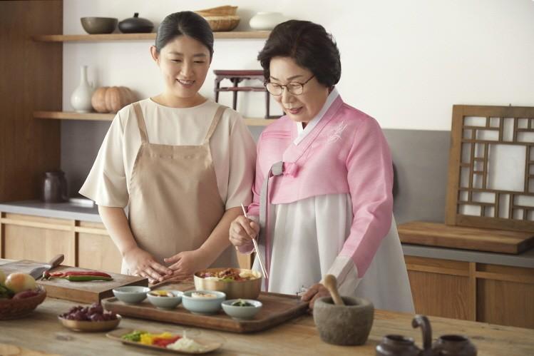 남파고택의 강정숙 종부와 김선경 차종부가 음식을 조리하고 있다.