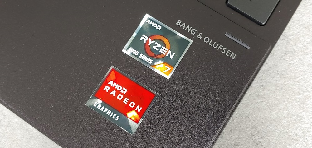 덮개를 열었을 때 하판 오른쪽 아래에서 발견할 수 있는 AMD 관련 인증마크들. 이를 통해 라이젠 4000 시리즈와 라데온 그래픽이 탑재됐음을 확인할 수 있다.