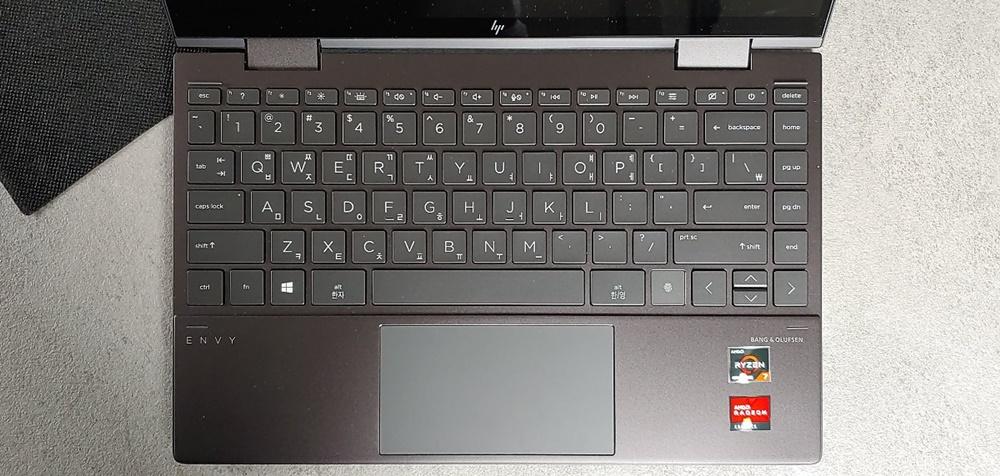 키보드 전체 모습. 전작과 마찬가지로 기능키열과 위아래 화살표는 위아래 폭이 좁다. 왼쪽 방향키 왼쪽에서 지문인식 버튼을 확인할 수 있다.