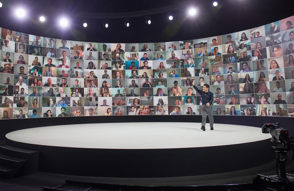 5일(한국시간) 온라인을 통해 진행된 '갤럭시 언팩 2020' 행사에서 삼성전자 무선사업부장 노태문 사장이 온라인을 통해 참여한 갤럭시 팬들과 인사하고 있다. [사진=삼성전자]