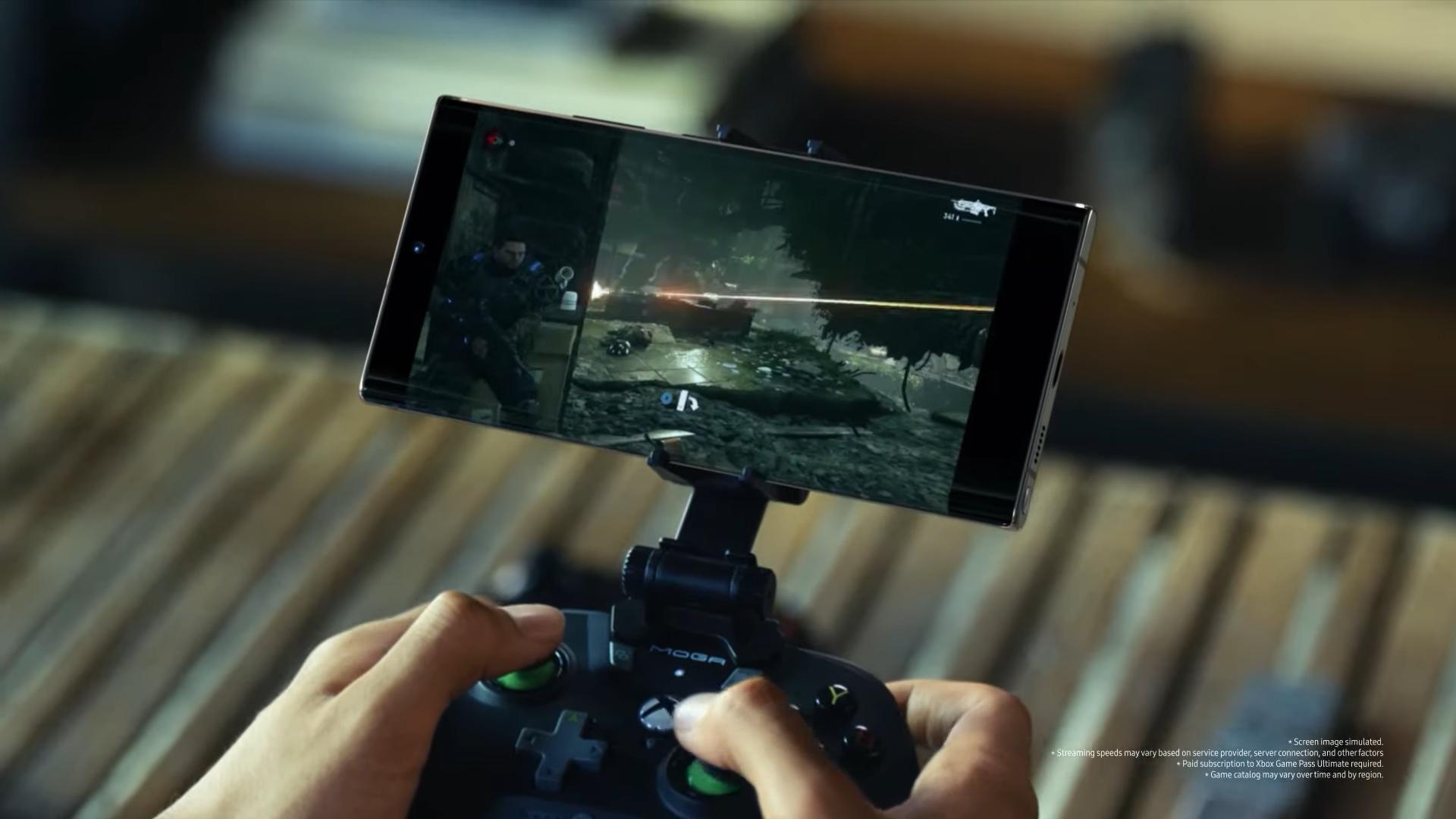 게이머 미스(Myth)가 '갤럭시 노트20'를 블루투스 게임 컨트롤러와 연동해 'MS 엑스박스 클라우드'에서 제공하는 게임 '기어스 5'를 플레이하고 있다. [사진=삼성전자]