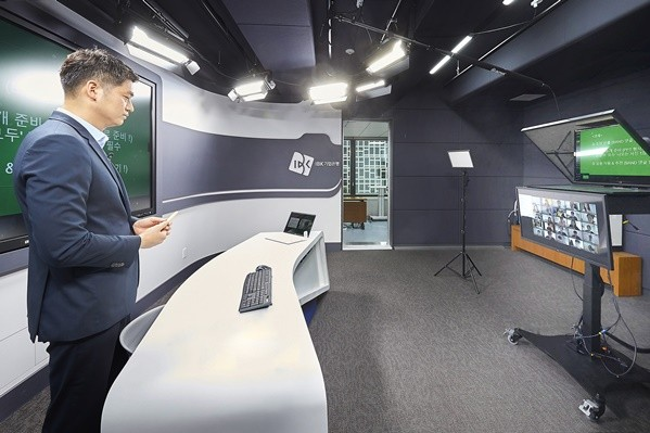 지난 5일 서울 을지로 기업은행 본점에서 IBK기업은행 직원이 2020년 상반기 신입행원 연수를 실시간 온라인으로 진행하고 있는 모습 사진 = IBK 기업은행