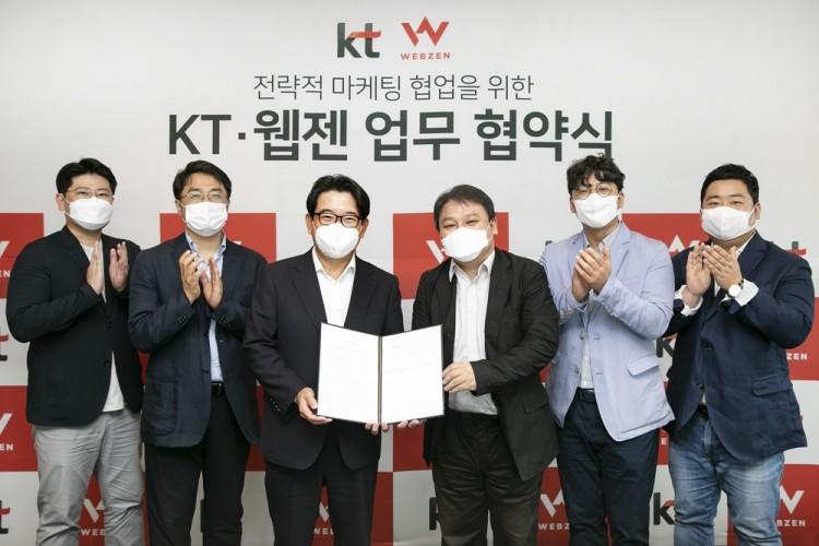 김훈배 KT 커스터머부문신사업본부장 전무(왼쪽에서 세 번째)와 김태영 웹젠 대표(왼쪽에서 네 번째)가 기념 촬영을 하고 있다. [사진=KT]