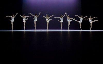 [ET-ENT 발레] 'Swan Lake ; The Wall' 정형일의 발레 바는 거울이 되고, 혼돈과 규칙을 동시에 만드는 오브제가 된다