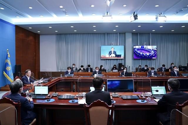 국무회의를 주재하고 있는 문재인 대통령 사진 = 뉴스1