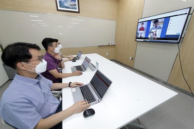 KT 채용 담당자들이 2020년 채용에 도입하는 화상면접 시스템을 시험 사용하고 있는 모습 사진 = KT 제공