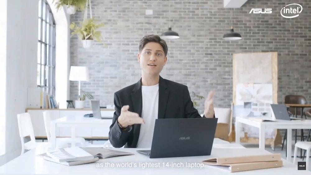 샤샤크론이 세계에서 가장 가벼운 14인치 노트북 '엑스퍼트북 B9'을 소개하고 있다.
